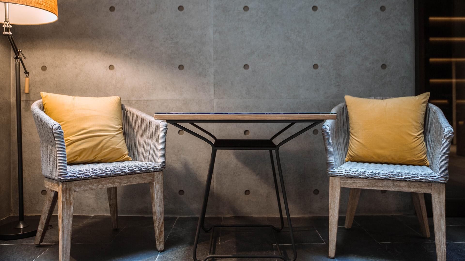 插圖 - 牆邊一燈一桌二椅