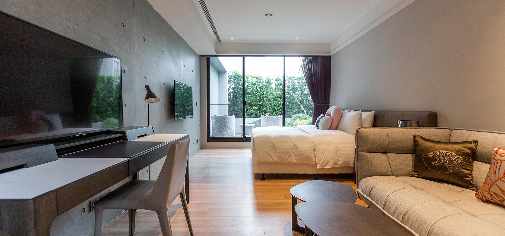 插圖 - 沙發區往陽台方向,雙電視雙人床木地板