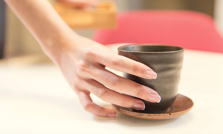 插圖 - 女性右手握著茶杯