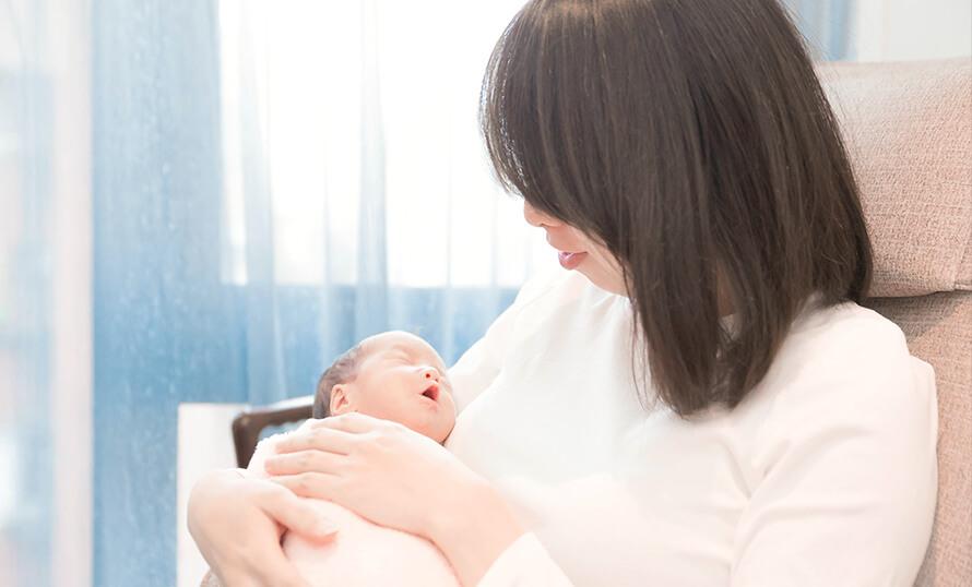 插圖 - 長袖白衣女性懷抱初生嬰兒