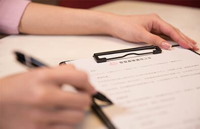 插圖 - 女性手中的筆指著文件